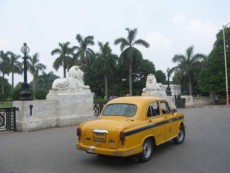 Eingang Queen Victoria Memorial Kalkutta mit Taxi