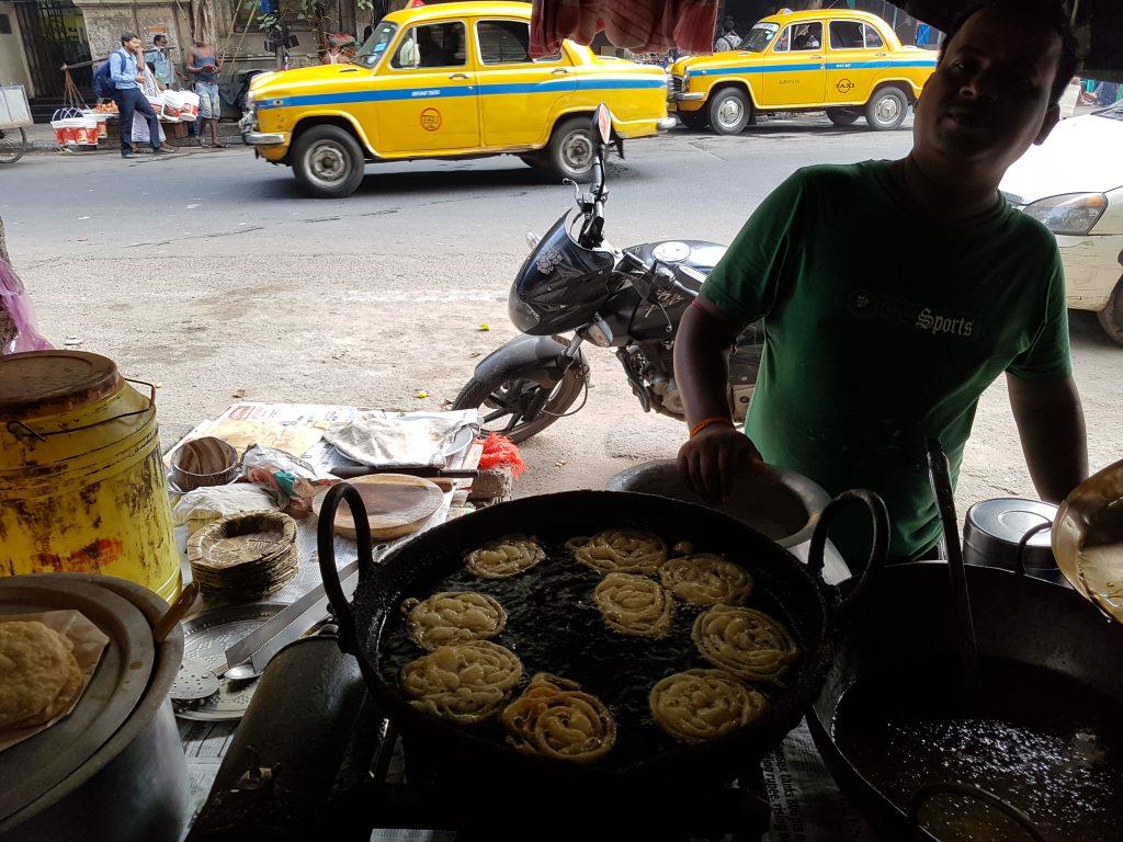 Strassenzene Kalkutta mit Taxi